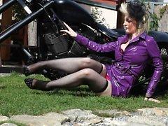 Sensaatiomainen biker tyttö saa täysin alasti kameran