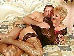 Mummo nauttii hyvää seksiä poikaystävänsä kanssa