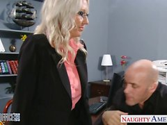Reizvolles blondes Emma Starr ruft im Büro genagelt
