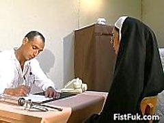 Dessa två smutsiga läkare stoppa nunna sexy