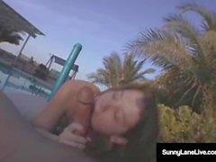 Mega Star Sunny Lane Sucks Algunos gallo en el sol! ¡Un trabajo de la piscina!