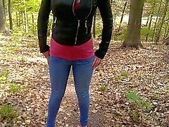 Asina piscia i suoi jeans in una foresta di