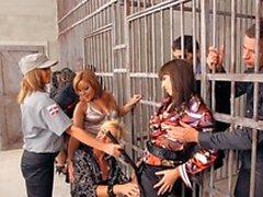Un grupo de putas y gatas calientes están en la cárcel hardcore