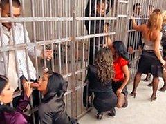 Um grupo de prostitutas e caras tesão estão na prisão porra do hardcore