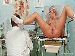 Pretty teen Sabina komen naar haar gyno arts voor pussy examen op gynochair