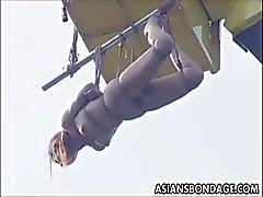 Japanse babe fucked en wordt opgehangen aan een kraan