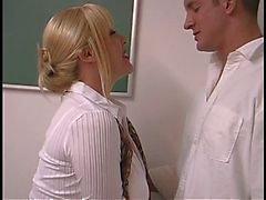 Mogen blond med stora bröst skruvas av elev i klassrummet