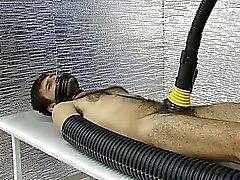 Um gajo está descartar um dispositivo especial para caralho galo caras
