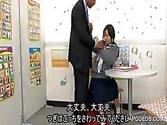 Japans schoolmeisje pijpt