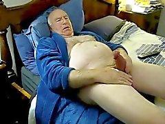 Возбужденный папой нар в постели