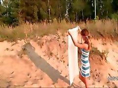 Tsjechische Babe toont roze op het hete zand