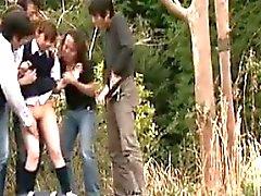 Schulmädchen, die nach Hause gehen, nehmen eine Pisse draußen und werden gefangen