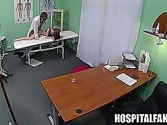 Deliciosas Morena babe se la follan por su médico
