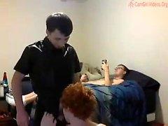 Atado con correa gangbanged por el grupo de homosexuales en la tienda de pintura