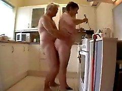 Oma en opa met plezier in de keuken