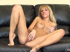 Jana Jordan spielt mit ihrem frechen Brüste und sanft Finger ihre entreißen