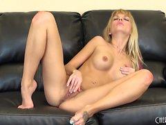 Jana Jordan joue avec ses seins gaies et doucement les doigts son arraché