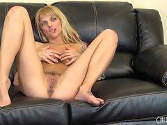 Jana Jordan juega con sus tetas alegres y suavemente dedos su arrebatar
