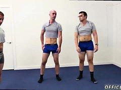 Primos heterosexuales directos haciendo películas de amor Hace yoga desnudo