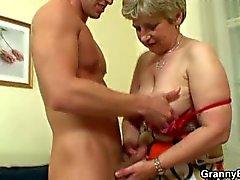 Eenzame oma wordt geneukt in verschillende poses