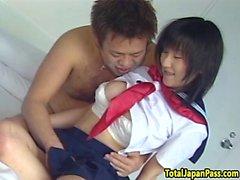 Chorros adolescente asiática obtiene su coño de golpe