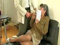 Mature geeft een BJ op haar baas
