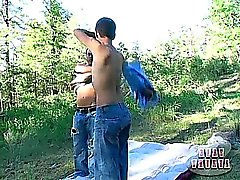 Dos chicos termales se divierten en el suelo del bosque, antes de puta