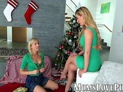 Lesbo äiti ja söpö tytärpuoli lyö joulupäivänä