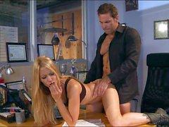 Sexo en la oficina con una belleza Milfy de Jessica de Drake