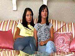 Två tjejer hittar en vibrator .