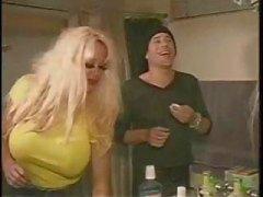 Rondborstige blonde Pamela Peaks neemt op twee bi jongens en dildo's een ezel