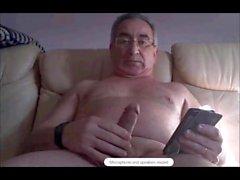 abuelo español masturbándose duro