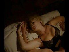 De Shannon en Tweed en el lencería negro besándose saber la tío