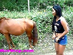 Heather Profundo 4 rodar en quad rápido miedo y hace pis al lado de los caballos en el