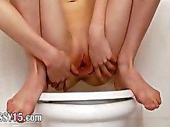 Toilet masturbatie en kut verspreiden