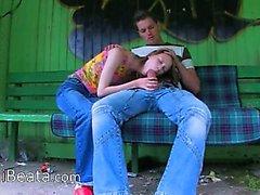 Le premier l'herbe rapports sexuels sur la gare autobus