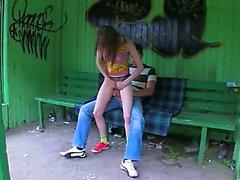 Nuestra la primera relación sexual la hierba en la estación de bus