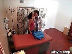 Verborgen camera vangsten Verpleegkundige zuigen uit Arts In Office