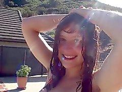 nuorten karvainen Teen näytetään kaikki hän kehon karvoitus ja menee uimaan