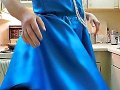 Sissi Rayos en alineada de azul y el Negro de Enagua en la cocina que