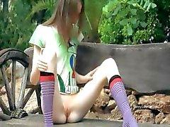 Ultra mager flicka retas på en bänk