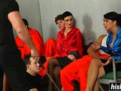 Chicas increíbles por favor chicos en la prisión