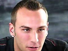 Galán piercing Ambicioso lleva tratamiento facial en gaycastings