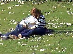 Пару в парке мастурбирует вуайерист .