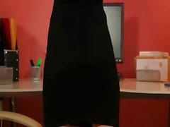 Secretaresse in sexy zwarte hakken poseren