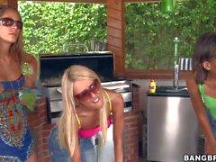 Nikki und ihre Freundinnen zu genießen in ihrem Dreier