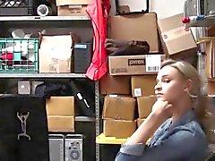 Teenager taccheggiatrice scopa il guardia di sicurezza per evitare la polizia