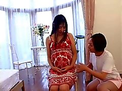 Japanse verpleegster zorgt voor haar zwangere patiënt