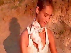 Natasha polonês adolescente mostrando rosa