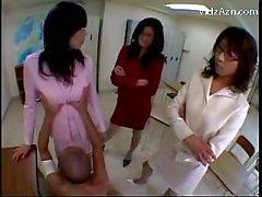 3 Docentes violando a las de Guy Frotarse su faz con Tetas Llegar coño lamido en el aula